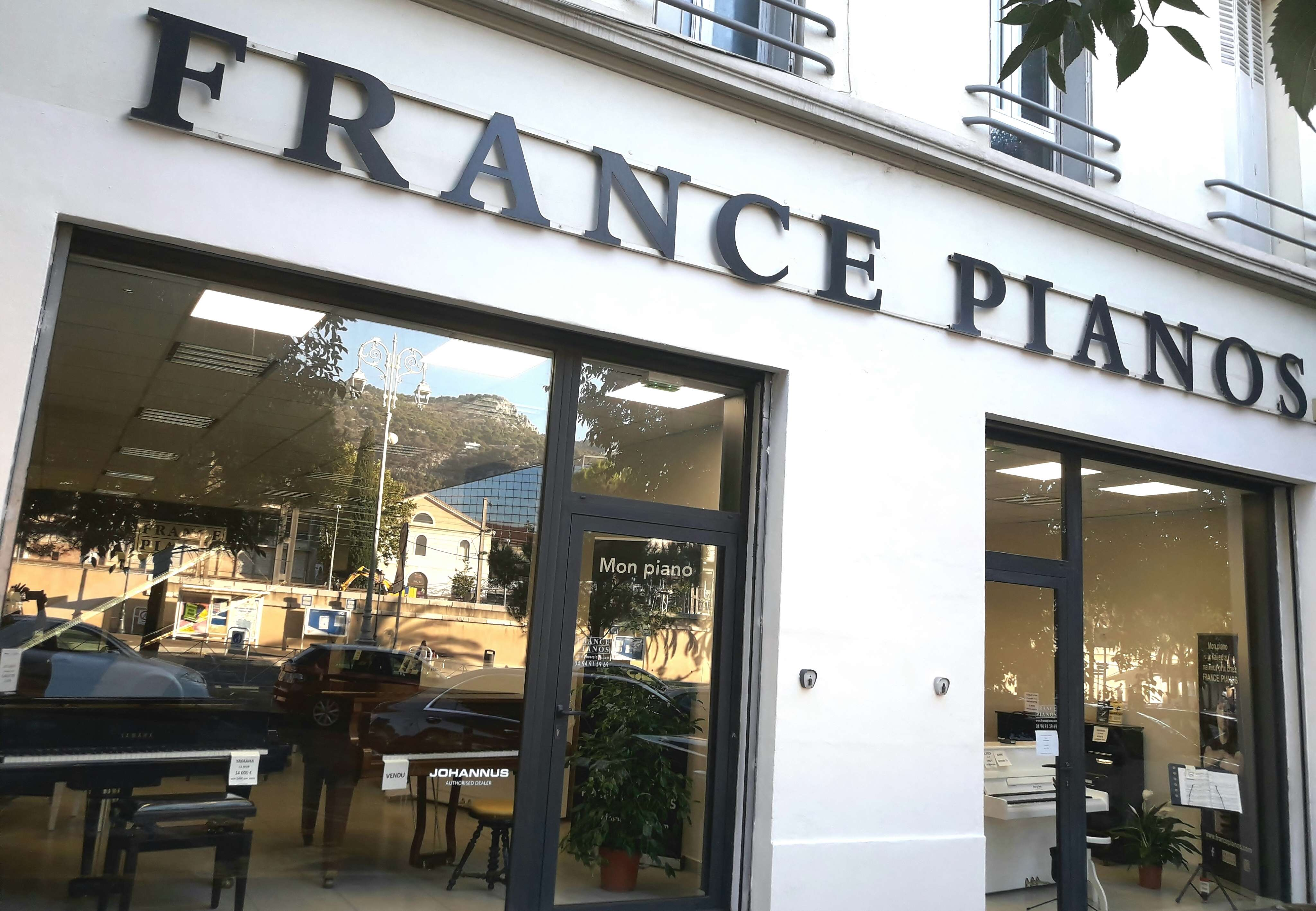 FRANCE PIANOS 83